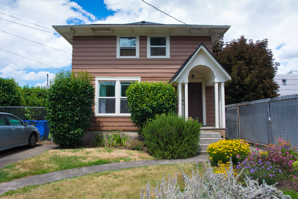 3757-SE-Clay-St–front-lawn2