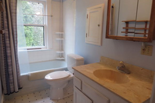 2316-SE-24th-Ave–upstairs-bathroom
