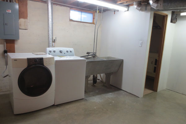 4020-SE-49th–laundry-room-and-bathroom